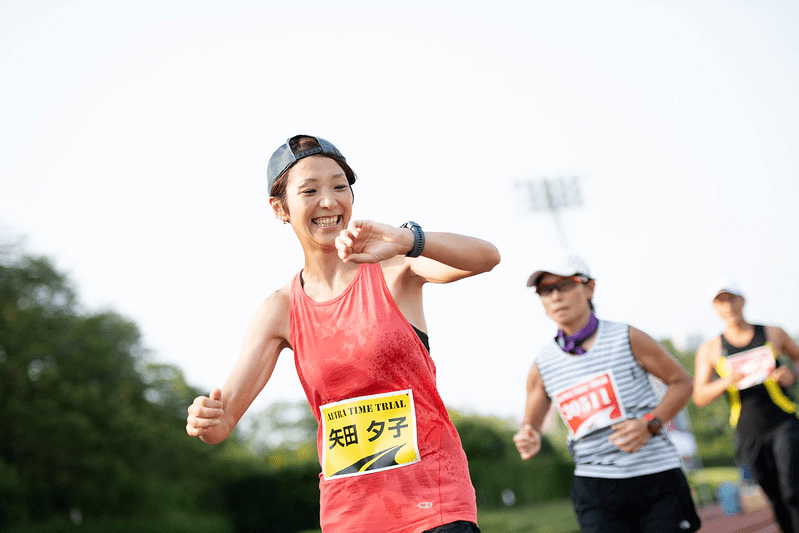 マラソンで時間を見る女性