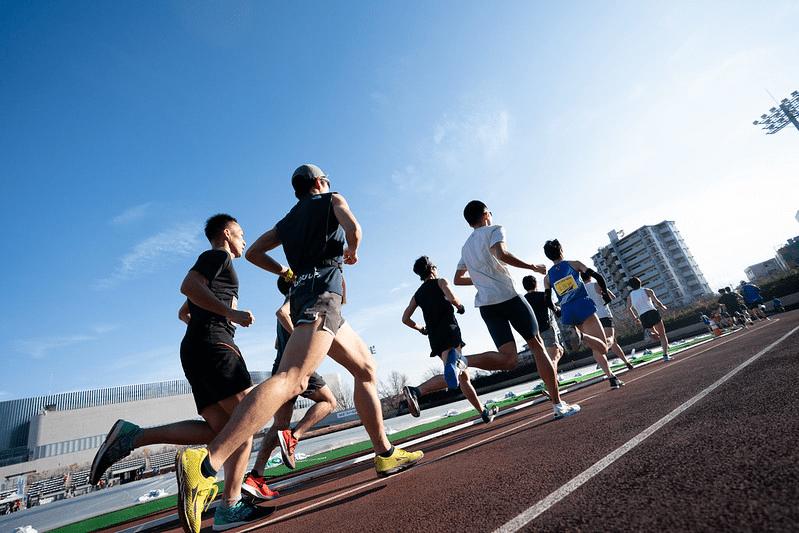 晴れた日のマラソンを楽しむ人々