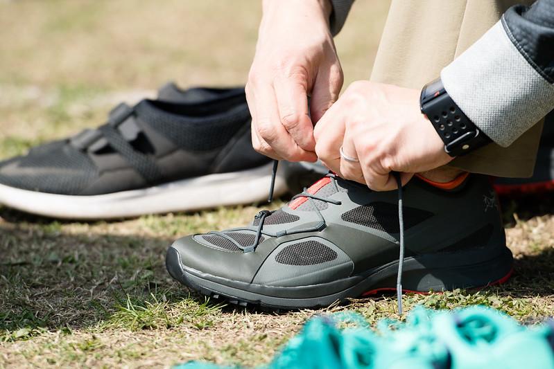 靴紐を結ぶ手元