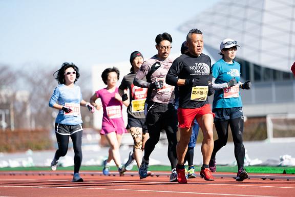 マラソン大会で走る人々